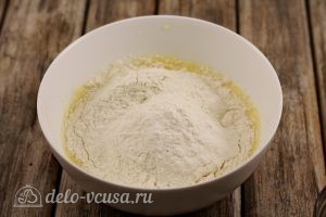 Пирожки со смородиной: Всыпаем в тесто муку