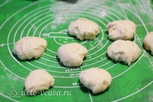 Пирожки со смородиной: Делим тесто на кусочки