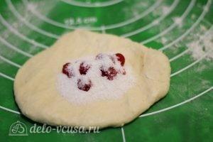 Пирожки со смородиной: Выкладываем начинку с крахмалом