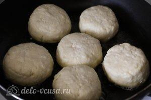 Пышные сырники на сковороде: Выкладываем сырники на сковороду