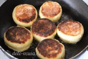 Пышные сырники на сковороде: Обжариваем сырники с обеих сторон