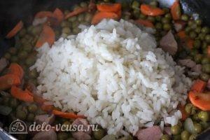 Рис с зеленым горошком: Добавляем рис