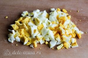 Салат с курицей и огурцом: Нарезаем яйца