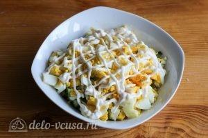 Салат с курицей и огурцом: Выкладываем яйца