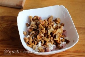 Салат с ветчиной и огурцами: Выкладываем ветчину и грибы