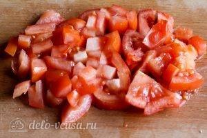 Салат с помидорами и сыром: Нарезать помидоры
