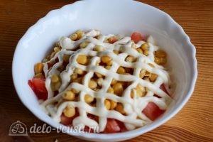 Салат с помидорами и сыром: Выкладываем помидоры, кукурузу