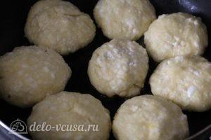 Сырники с йогуртом: Выкладываем сырники на сковороду