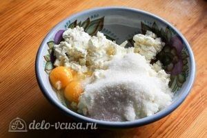 Творожная запеканка в мультиварке: Добавляем к творогу сахар и яйца