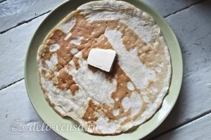 Блины с колбасой и яйцом: Смазываем блины маслом