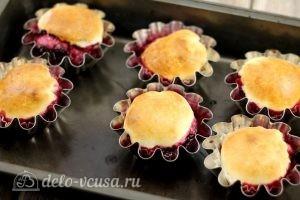 Булочки с вишней: Достаем готовые булочки