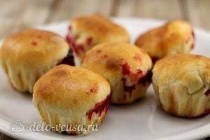 Булочки с вишней: Перекладываем булочки на тарелку
