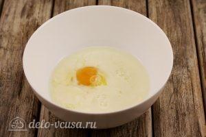 Булочки с вишней: Соединяем яйца и молоко