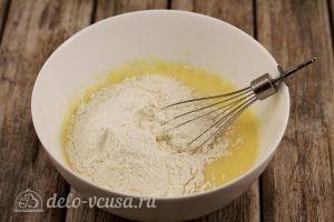 Булочки с вишней: Добавляем сухие ингредиенты и сливочное масло