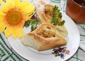 Дрожжевые пирожки с квашеной капустой