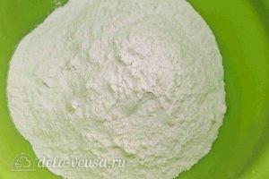 Дрожжевые пирожки с квашеной капустой: Просеиваем муку