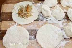 Дрожжевые пирожки с квашеной капустой: Раскатываем кусочки и выкладываем начинку