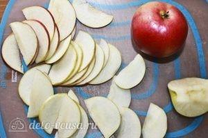 Кексы с яблоками: Нарезаем яблоки