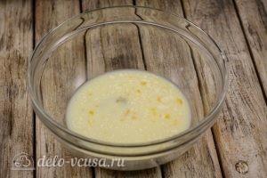 Манты с мясом: Смешиваем молоко, яйцо и масло