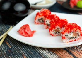Масаго ролл с лососем и сыром