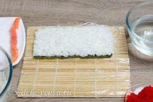 Масаго ролл с лососем и сыром: Формируем ролл