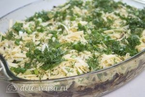 Мясо по-французски с картофелем: Посыпаем сыром и зеленью