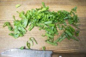Оладьи с колбасой и сыром: Шинкуем зеленый лук