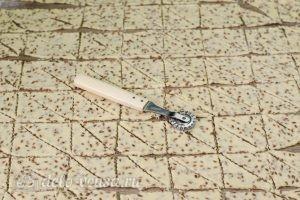 Печенье с семенами льна: Разрезать на треугольники