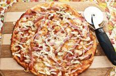 Пицца с вареной колбасой и сыром