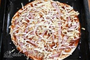 Пицца с вареной колбасой и сыром: Выкладываем сыр