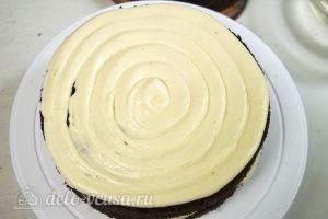 Шоколадный торт на сгущенке: Промазываем коржи кремом