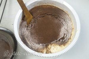 Шоколадный торт на сгущенке: Добавляем сухие ингредиенты, соль и ваниль