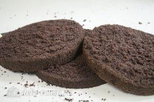 Шоколадный торт на сгущенке: Разрезаем бисквит на три коржа