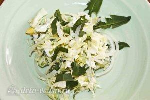 Салат из одуванчиков: Украшаем салат одуванчиками, добавляем лук