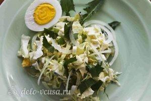 Салат из одуванчиков: Украшаем яйцом