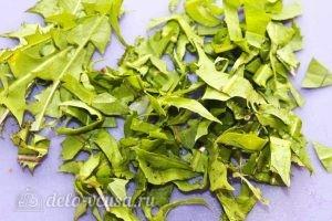 Салат из одуванчиков: Режем листья одуванчиков
