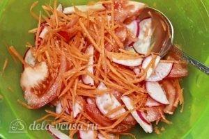 Салат из свежей моркови: Перемешиваем овощи с заправкой