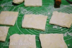 Слойки с вишней: Раскатываем и режем тесто