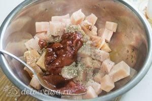 Спагетти с курицей: Добавляем специи и томатную пасту