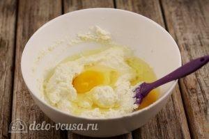 Сырники с манкой: Добавить яйца