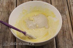 Сырники с манкой: Добавить сахар, ванилин, разрыхлитель
