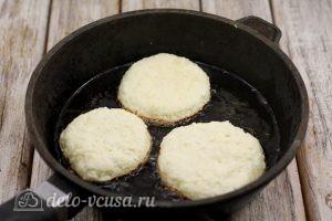 Сырники с манкой: Обжарить сырники