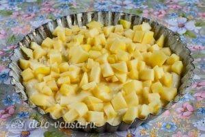 Быстрый яблочный пирог: Выливаем тесто в форму и добавляем яблочные кубики