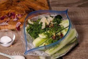 Быстрые огурцы в пакете: Добавить чеснок и перец