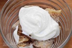 Десерт с блинами: Выкладываем крем на блинные трубочки