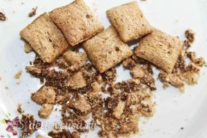 Десерт с блинами: Измельчаем подушечки в крошку