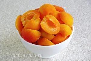 Джем из абрикосов в яблочном соке: Нарезаем абрикосы