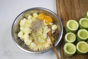 Фаршированные кабачки с курицей и сыром: Добавить яйца, соль и специи