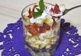 Фруктовый салат с йогуртом, яблоком, бананом и клубникой