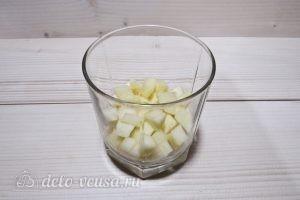 Фруктовый салат с йогуртом, яблоком, бананом и клубникой: фото к шагу 2.